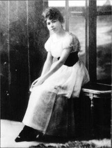 Retrato en blanco y negro de una mujer joven en un vestido blanco